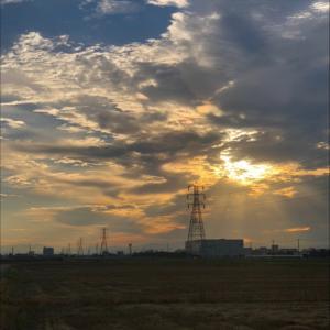 微妙な空と鉄塔群
