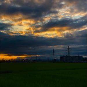 雲に遮られた朝日と鉄塔