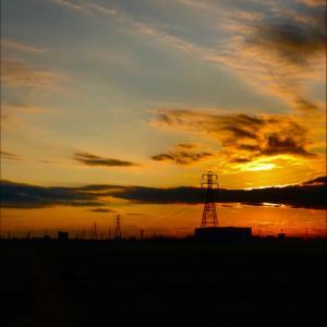 オレンジ的な朝日と鉄塔群