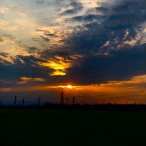 朝日を遮る悪魔と鉄塔群