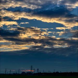 暗雲立ち込める朝の鉄塔