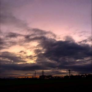 夜明け前の暗雲と鉄塔群