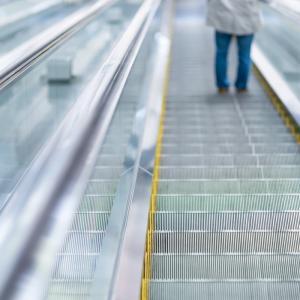 クアラルンプール エスカレーターに足を挟まれ男性救出されるニュース