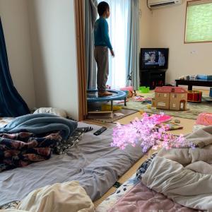 クソ汚い部屋と、息子のトランポリン。