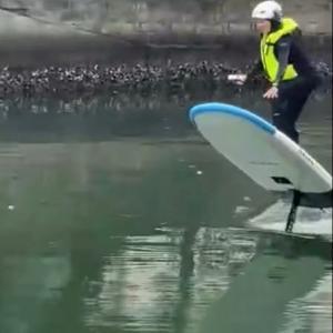 時速40キロで宙に浮く、サーフボード