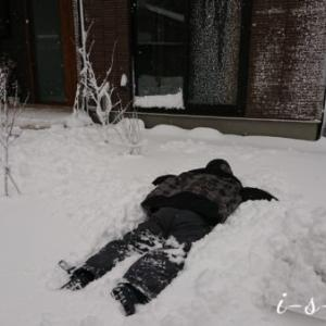 夫の冬の得意ネタ「雪にダイブ!」