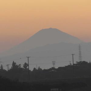 朝ぼらけの富士山(遠景)と日の出