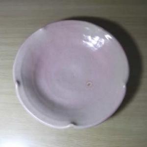 ピンクの輪花鉢、ブルーの楕円皿