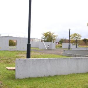 屯田北公園(札幌)に行ってきた。モノリスのような壁がたくさんある不思議な空間