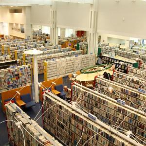 石狩市市民図書館に行ってきた。綺麗で広くてすごい収蔵量