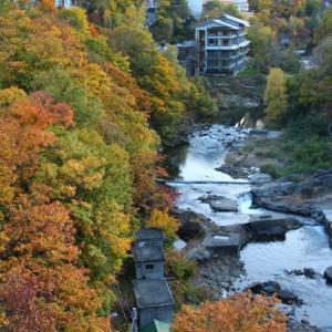 秋の定山渓温泉の紅葉風景2019
