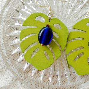 入荷:癒しグリーンの耳飾り 〜 アンティークガラスビーズ、淡水パール
