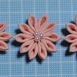 着物リメイクでつまみ細工_ほんのりピンクの剣つまみ小花