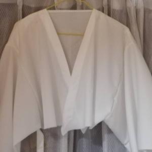 白のふわりワンピースコート_身頃に袖をつけて脇を縫いました