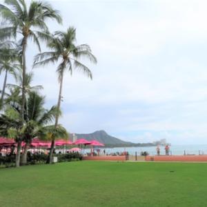 ピンクづくめのロイヤル・ハワイアンと曇りのワイキキ・ビーチ✨