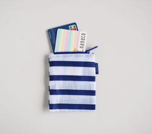 最近愛用している小さすぎる財布!中にカードが2枚だけ