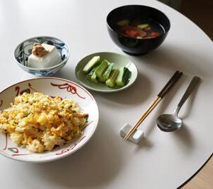 50代女子孤独のランチ シンプルすぎるチャーハンと胡瓜とトマトの夏スープ