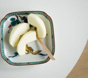50代女子のおやつ 新物のりんごを九谷焼の和皿に盛って