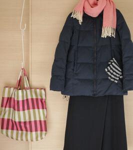 冬のダークな色の服にピンクの差し色50代コーデ