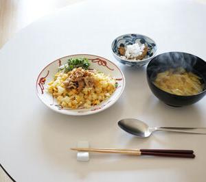 久々のひとりお昼 肉のせチャーハンと味噌汁と小鉢
