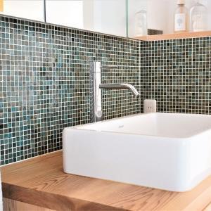 【セリア】洗面台掃除の手間を一発解決♪パンチングゴミ受けが便利♪