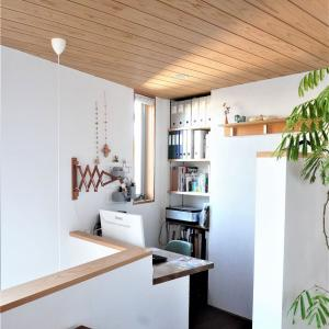 無印良品壁に付けられる家具風!?イケアのフックと木板で簡単DIY!