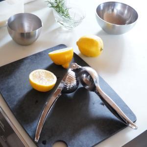 手を汚さずに楽に絞れて時短♪人間工学設計のレモン絞り器が優秀!
