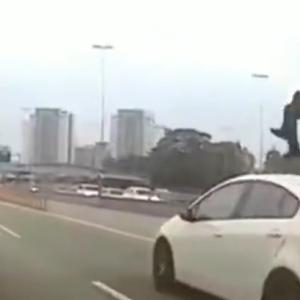 猛スピードで走ってきたライダーが車線変更する乗用車に激突!