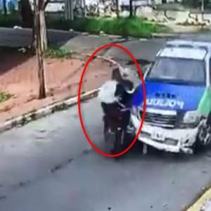 バイクで逃走する強盗をパトカーで体当たりして停めるアルゼンチン警察
