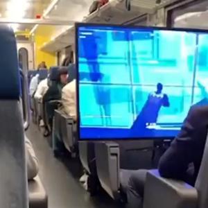 電車内で座席を占領して特大画面でゲームするアホ