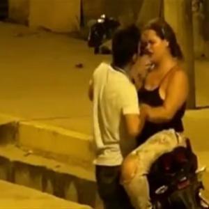 女性にキスを迫った男性、拒否られ殴られるww
