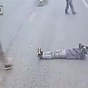 「私を殺してくれ!」道路上に寝転び泣き叫ぶ酔っ払い