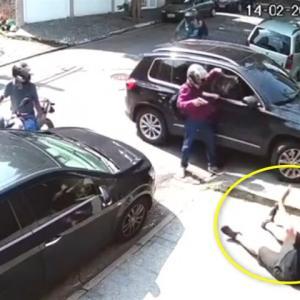 バイクに乗った4人組強盗に、金品奪われる男性
