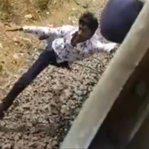 走行中の列車から足を滑らせたインド人、危うく死にかける…