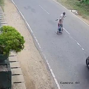 クイックターンで道路を横断した老人、バイクに撥ねられる