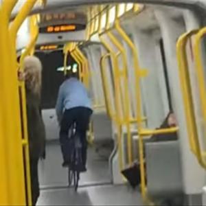 電車の中を自転車で走ったDQNオジサン、ガラスをぶっ壊してしまう