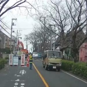 【神奈川】トラックから荷崩れした塩ビパイプが交通誘導員の胸部を直撃!