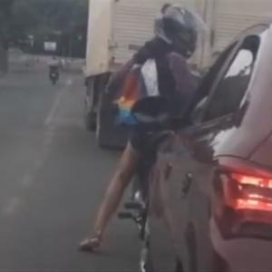 【ロードレージ】 女性ライダーが車のサイドミラーを叩き壊した結果…