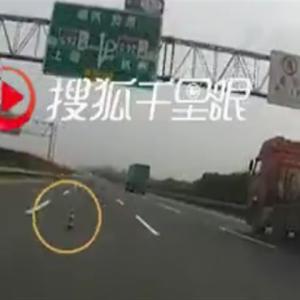 高速道路上の落下物を避けようとした車が大破