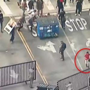 【アメリカ】抗議デモを行っていた男性、仲間が押してきたゴミ箱にドーンされるww