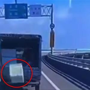 走行中のトラックから落ちた荷物が魅せた奇跡の瞬間!
