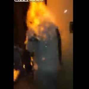 パーティー用の泡スプレーに引火し、火だるまになる主役の男性