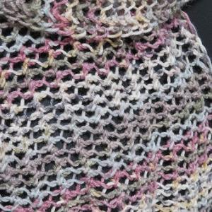 コットンブレンドの糸のかごめ編みストール