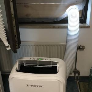 今年も暑い日がやって来たので移動式エアコンを稼働させました