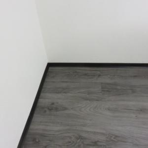 巾木(はばき・Fußleisten)の色で部屋の雰囲気も変わる〜地下室の床と壁の修理