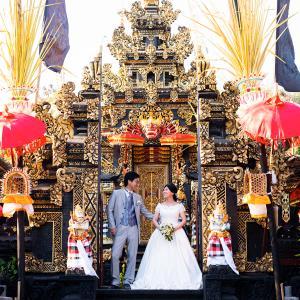 豪華に飾られたバリヒンドゥーの寺院にて。