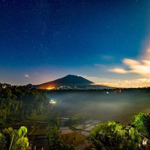 月明かりのアグン山とバリ島の田園風景