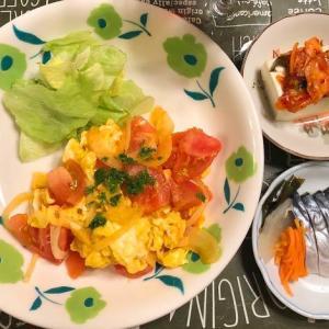 冷蔵庫にある食材で夕飯を作ったよートマトと卵の炒めもの(パセリ添え)