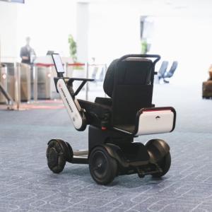機会があれば一度乗ってみたい。JALが羽田空港で自動運転車いすを利用したサービスを開始