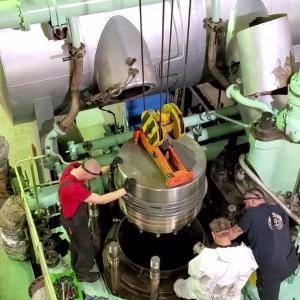 人より大きなエンジンのピストンの交換作業が凄い!!